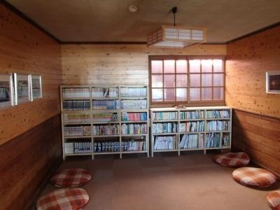 談話室の本棚