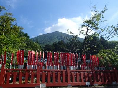 二荒山神社中宮と男体山