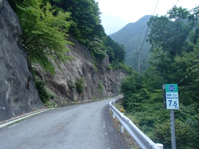 畑薙湖へ向かう道路