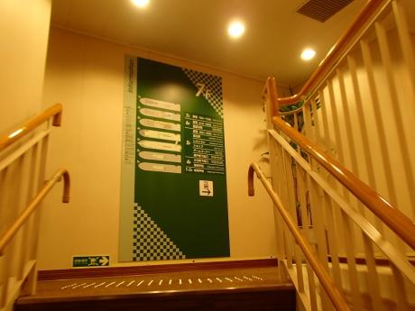 船内中央階段.JPG