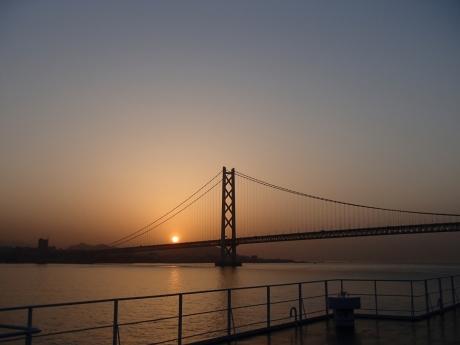 朝日と明石海峡大橋.JPG