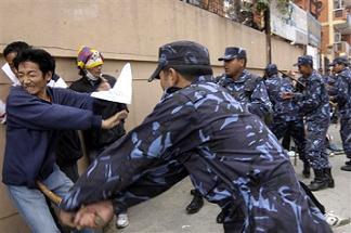 チベット人を弾圧する中国軍