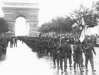 パリ 凱旋門を背に後進するドイツ軍
