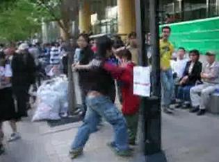 韓国 おばさんを殴る礼儀正しい若者