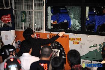 破損される警察バス