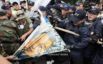 韓国 反日デモ 制止する警官隊