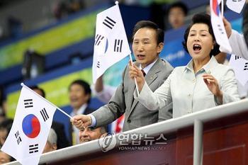 韓国 李明博大統領 太極旗