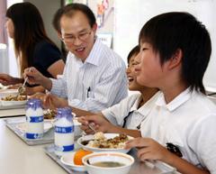 片さん(左から2人目)と仲良くビビンバを味わう光小の児童