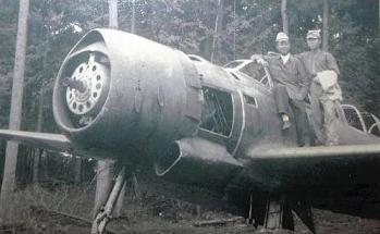終戦直後の高座海軍工廠で、偵察機「彩雲」に乗り、記念撮影する呉さん(右、呉さん提供)