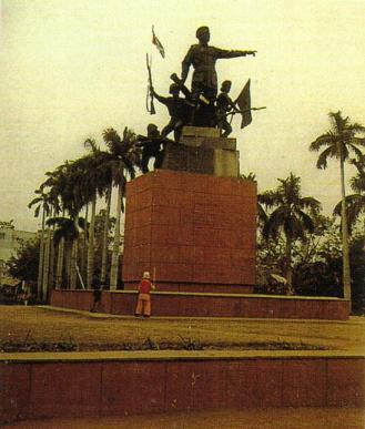 日の丸とインドの国旗をもった英雄像
