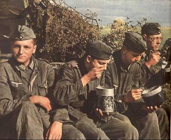 食事中の兵士
