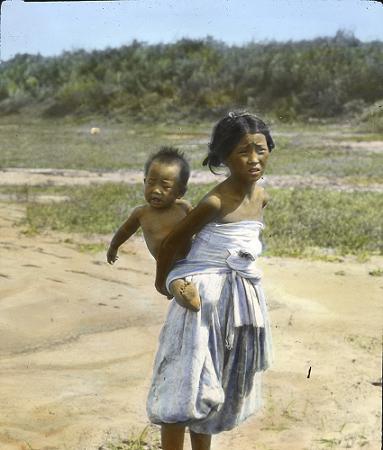 韓国 少女と泣く子供