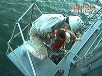 大日本帝国駆逐艦雷に救助される英駆逐艦エンカウンターの乗組員