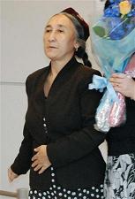 成田空港に到着した「世界ウイグル会議」のラビア・カーディル主席=28日午後