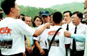 台湾 小林村の犠牲者の二七法会に参列し、被災者の訴えを聞く馬英九総統(右から2人目)と劉兆玄行政院長(右)
