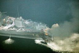 艦首から煙をあげる護衛艦「くらま」=27日午後10時8分、関門海峡、朝日新聞社ヘリから、恒成利幸撮影