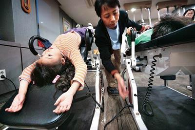 五才の韓国人の子供がクリニックで背を伸ばす治療を受けている。