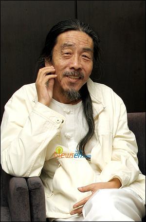 韓国 小説家 イ・ウェス