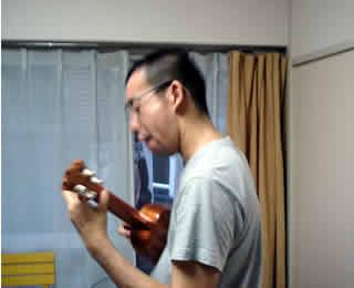 ウクレレを弾くヤングボーイ