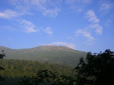 青空と至仏山