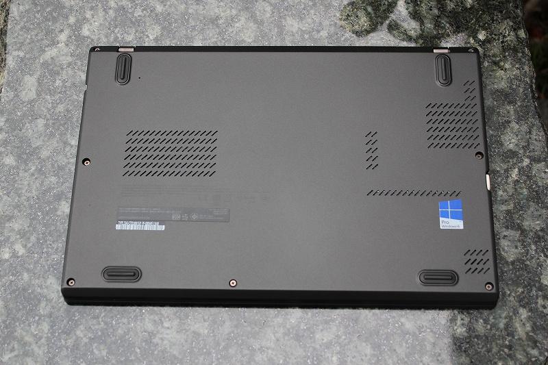 ThinkPad X240sの底面はほぼフラット