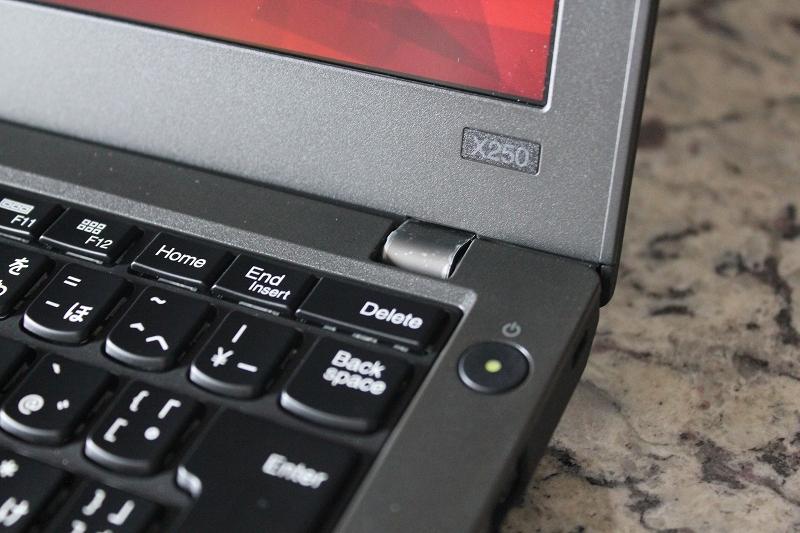 ThinkPad X250銘板と電源ボタン