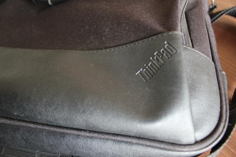 ThinkPadのロゴのある底部の角