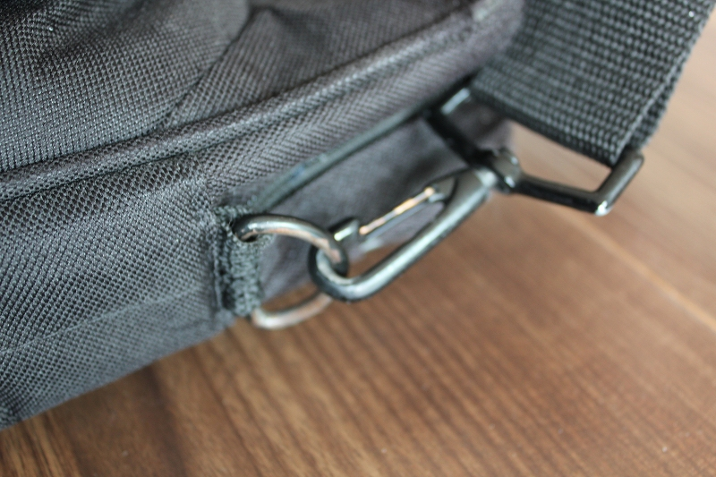 肩掛け(ショルダーストラップ)を取付ける金具の部分