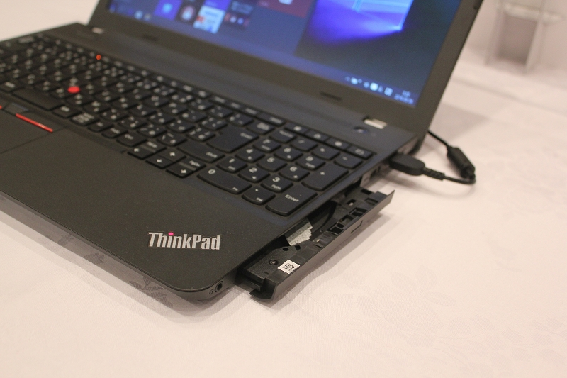 ThinkPad E560は光学ドライブ内蔵