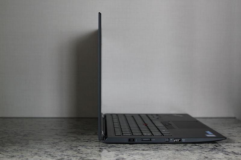 ThinkPad X1 Carbonを開いた時の左側面