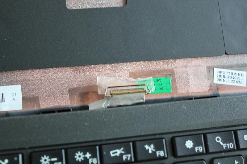 eDPコネクタの透明なシールを半分くらい剥がす