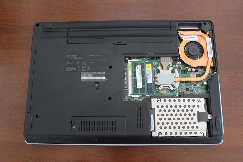 ThinkPad Edge 15の裏蓋のネジ5本を外して開ける