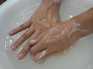お湯の中ですすぐと簡単に落ちます。
