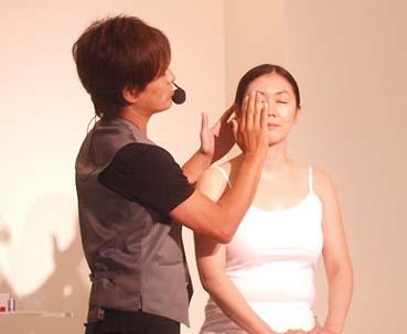 KAZUさんによる小顔メイク