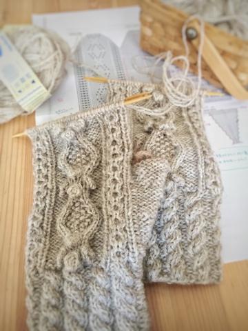 編み物クラブにて、アラン編みのミトン