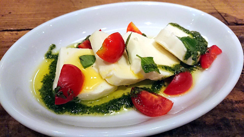 カラフルトマトとモッツァレラチーズのカプレーゼ