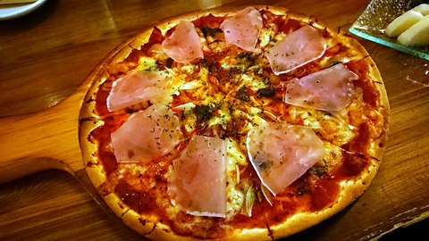 バジルソース&自家製トマトソースの生ハムピザ