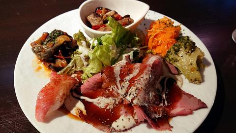 肉寿司と前菜盛り合わせ