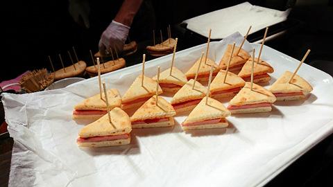 ボロニアソーセージのサンドイッチ