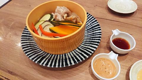 鶏ときのこが入ったたっぷり温野菜