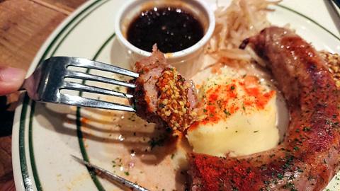 肉汁あふれる自家製近江牛生ソーセージステーキ