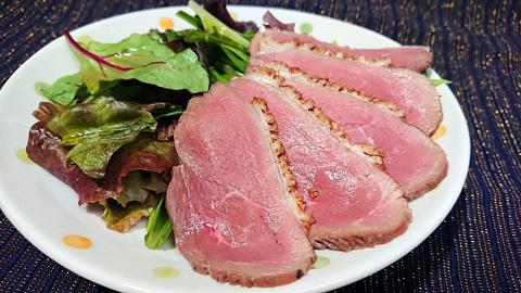 鴨肉のローストとサラダ
