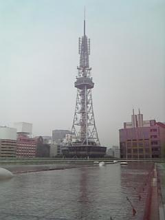 テレビ塔と噴水広場。雨上がり