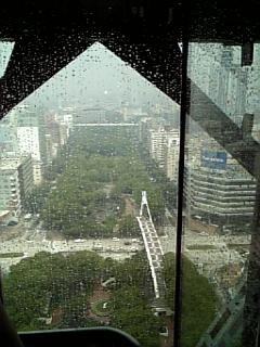 テレビ塔内のエレベータのぼってる途中。エレベーターガールの人がいた