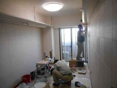 工事中・内装職人がエコカラットを割付けして貼っています。