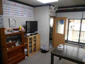 壁面収納部分の工事前。色の違う家具が並んでいました。