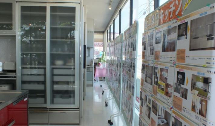 当社の施工事例集をパネル展示。奥に見えるのが抽選コーナーです。