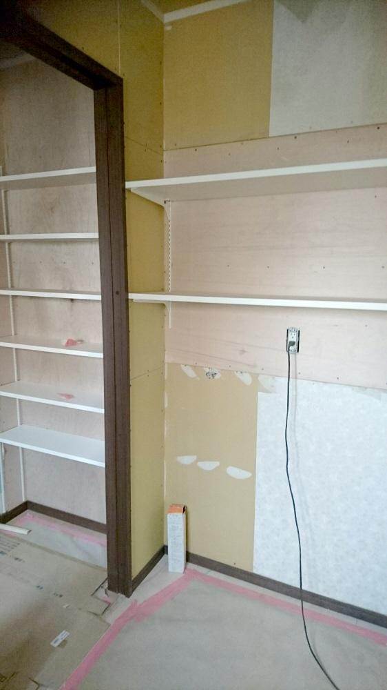 洗濯機上の収納棚と廊下のストック品収納棚