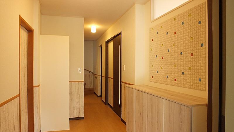 玄関収納 エコカラット 腰壁クロス