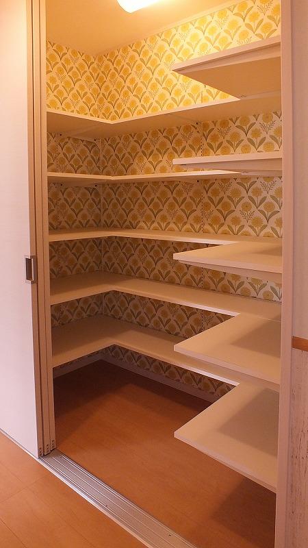 廊下の収納庫には可動棚設置